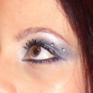 Blue eye shadow on green eyes